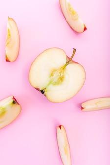 Rodajas de manzana y mitad de manzana