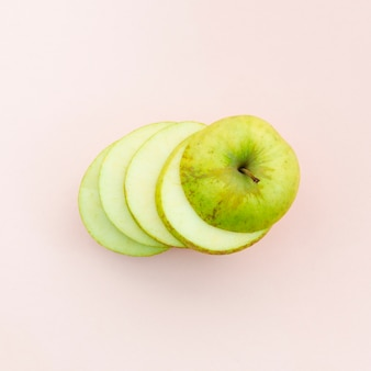 Rodajas de manzana verde madura jugosa