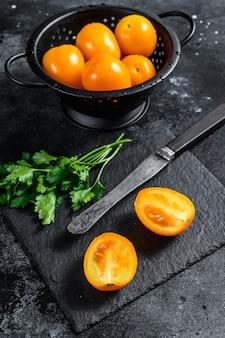 En rodajas en medio tomate cherry amarillo crudo. vista superior