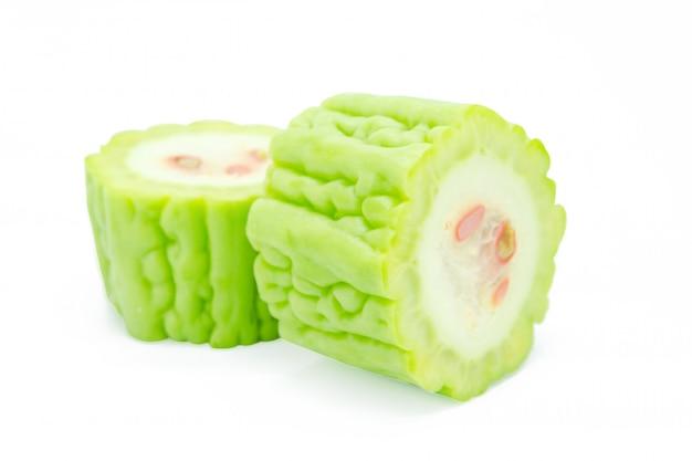 Rodajas de melón amargo aislado en blanco