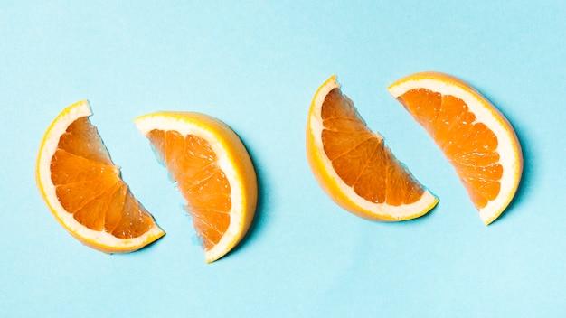 Rodajas de naranja colocadas en pares.