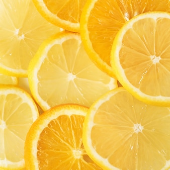 Rodajas de naranja y limón aislado en un blanco.