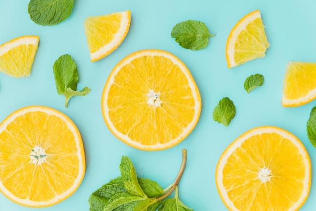 Rodajas de naranja y menta patrón de hojas.