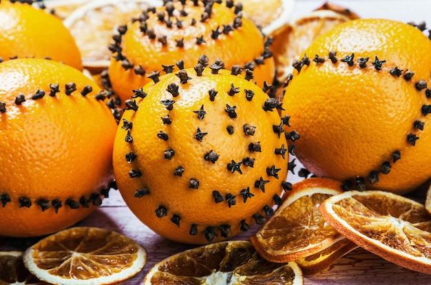Rodajas de naranjas y nueces el escenario para la navidad