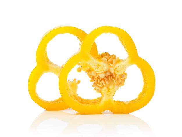 Rodajas de pimiento amarillo en el espacio en blanco