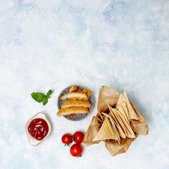 Rodajas de pita y tomate con carne y salsa
