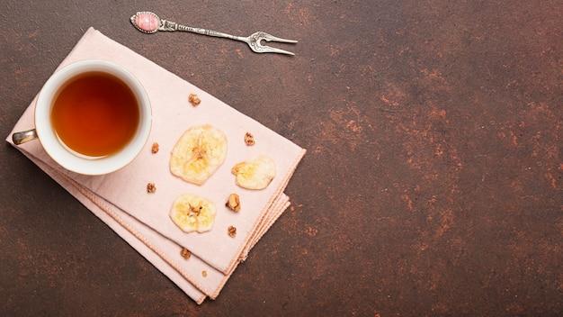 Rodajas de plátano y espacio de copia de té