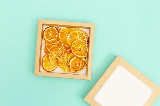 Rodajas secas de frutas mandarina. sabrosos chips de frutas deshidratadas para una dieta a base de plantas.