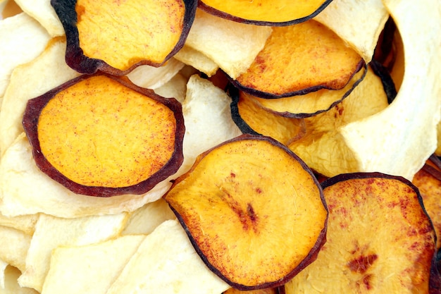 Rodajas secas de melón dulce y melocotón. alimento vitamínico útil