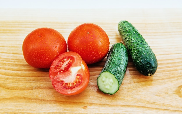 Rodajas de tomates y pepinos a bordo