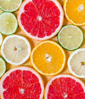 Rodajas de varias frutas cítricas