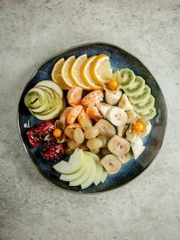 Rodajas de varias frutas mixtas en placa