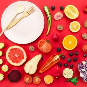 Rodajas de verduras y frutas con plato