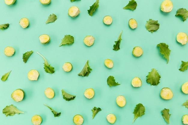 Rodajas de verduras y hojas.