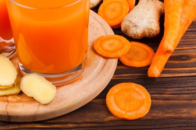 Rodajas de zanahoria y jugo