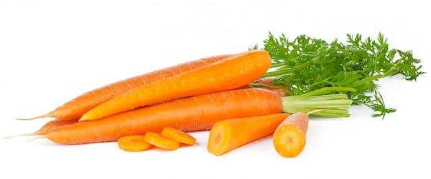 Rodajas de zanahorias frescas aisladas