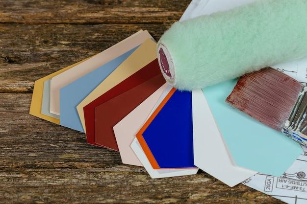 Rodillo, dibujos, pincel y guía de color en blanco.