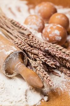 Rodillo y huevos en la harina