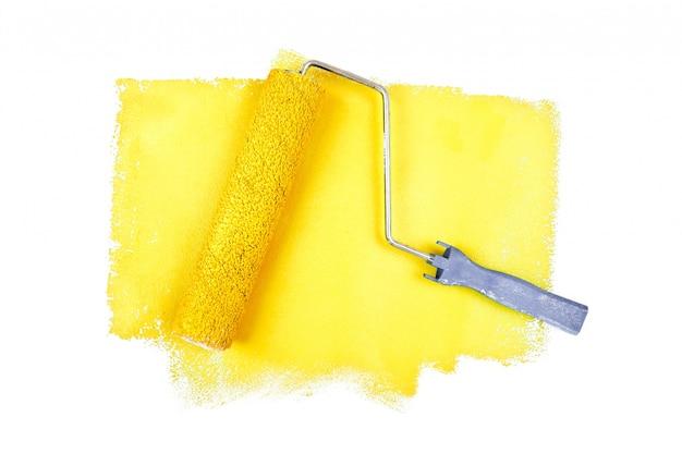 Rodillo de pintura sobre rastros amarillos