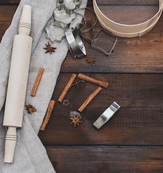 Rodillo y tamiz, figuras metálicas para hornear galletas.