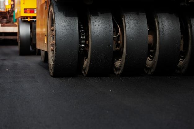 Rodillo de vibración pesada en trabajos de pavimento de asfalto, maquinaria pesada trabajando.