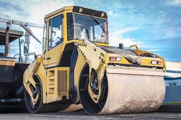 Rodillo vibratorio de alta resistencia para pavimentación de asfalto. construcción vial. construcción de carreteras y comunicaciones de transporte urbano. maquinaria pesada.