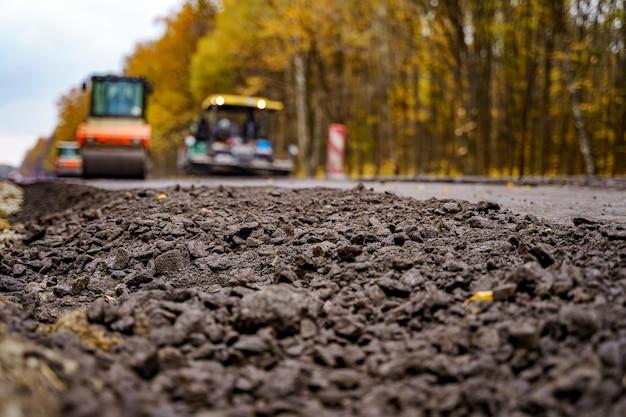 Rodillo vibratorio pesado en obras de pavimento asfáltico. reparación de carreteras. enfoque selectivo.