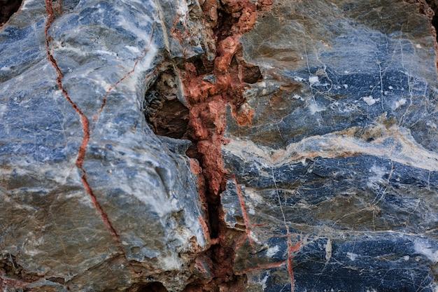Rojo agrietado en roca