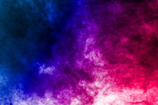 Rojo azul humo en el fondo.