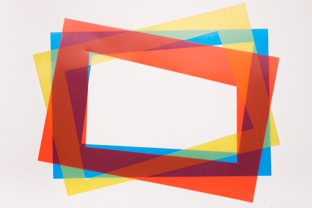 Rojo colorido; marco de borde de inclinación amarillo y azul sobre fondo blanco.
