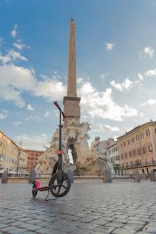 Rojo empuje scooters contra el telón de fondo de la fountana del moro de neptuno en la piazza navona en roma, italia.