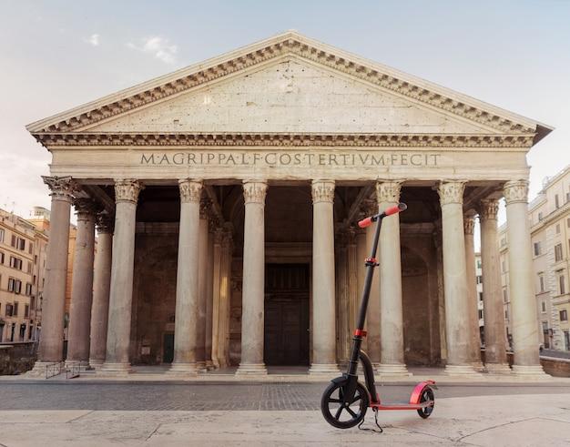 Rojo empuje scooters contra el telón de fondo del panteón en la roma, italia.