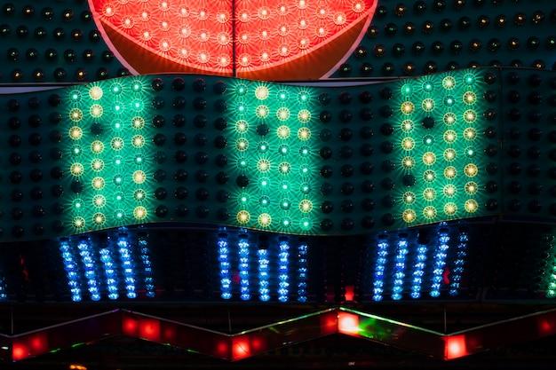 Rojo con lámparas verdes y azules en la vista de cerca