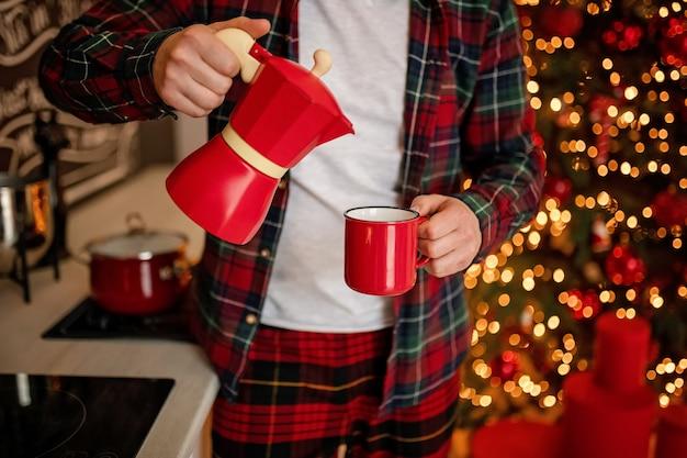 Rojo taza de café en navidad