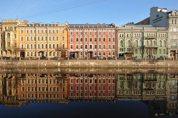 Rojo verde amarillo y reflejo en el agua temprano en la mañana en el río moika