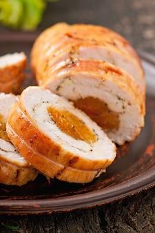 Rollito de pollo con ciruelas pasas y albaricoques secos