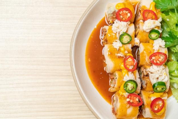 Rollito de primavera fresco con cangrejo y salsa y vagetable - estilo de comida saludable