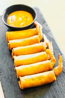 Rollito de primavera frito con camarones