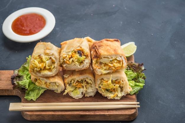 Rollito de primavera tailandés frito en placa