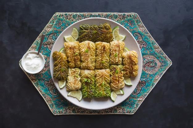 Rollitos de col con arroz y verduras. ramadán comida.