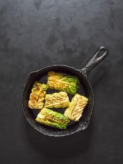 Rollitos de col con arroz y verduras en una sartén. comida de ramadán