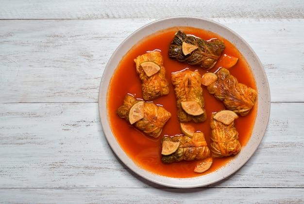 Rollitos de col india en salsa de curry