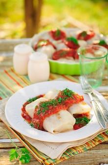 Rollitos de col con salsa de tomate y eneldo