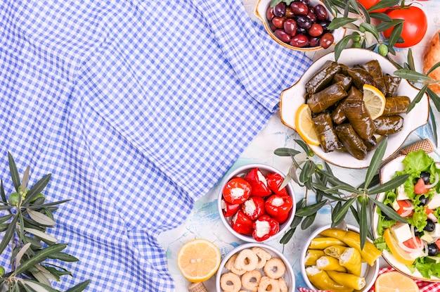 Rollitos de col turca y diversos aperitivos de la cocina nacional. arroz en hojas de uva y aceitunas. comida para un almuerzo oriental tradicional