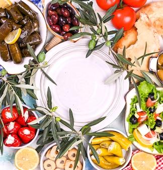 Rollitos de col turca y varios aperitivos de la cocina nacional.