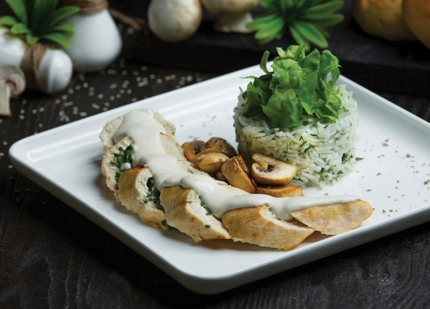 Rollitos de pollo con hierbas y salsa de crema.