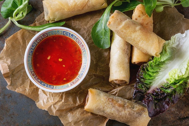 Rollitos de primavera fritos con salsa