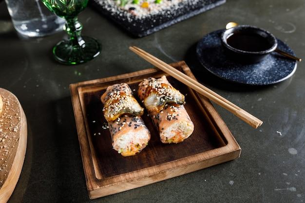 Rollitos de primavera con salmón, camarones y anguila