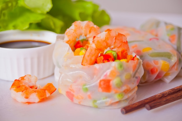 Rollitos de primavera con verduras y gambas en papel de arroz