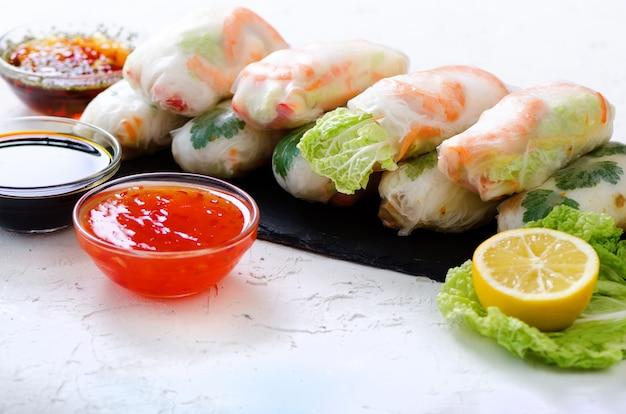 Rollitos de primavera vietnamitas: papel de arroz, lechuga, ensalada, fideos, fideos, camarones, salsa de pescado, chile dulce, soja, limón, veletables